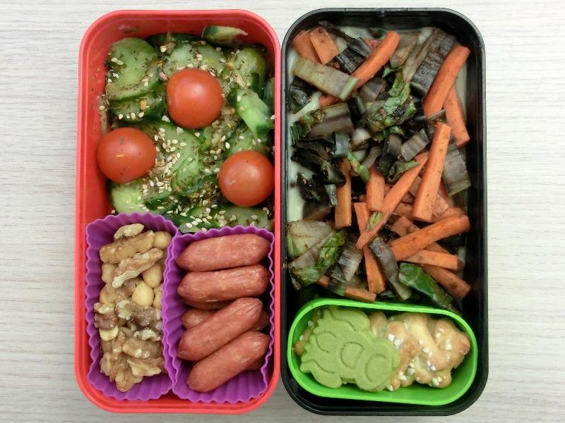 Benntobox gefüllt mit Gurkensalat, Nussmischung, Cabanossi, Gemüsepfanne und Kekse