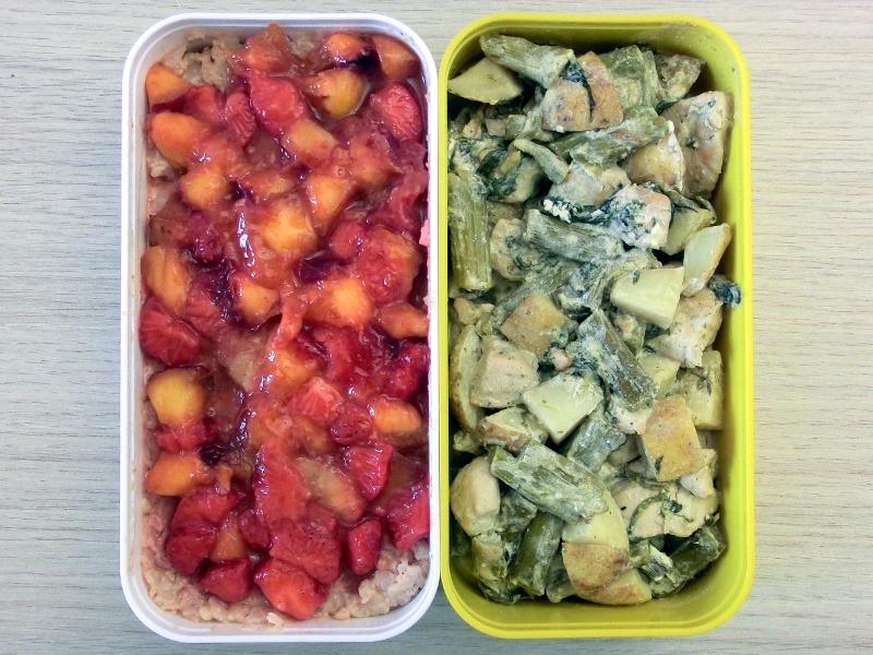 Bento Box gefüllt mit Milchreis mit Früchten und Kartoffelpfanne mit grünem Spargel