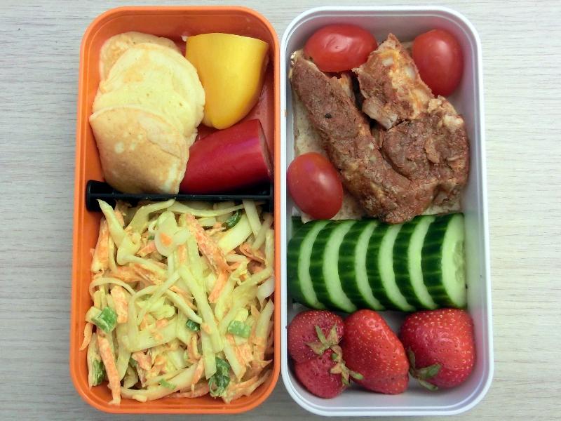 Bento Box gefüllt mit Schweinenacken ála Grillcamp, Coleslaw ála Grillcamp, Gurke, Tomaten, Erdbeeren, Pancakes, Schokolade, Paprika
