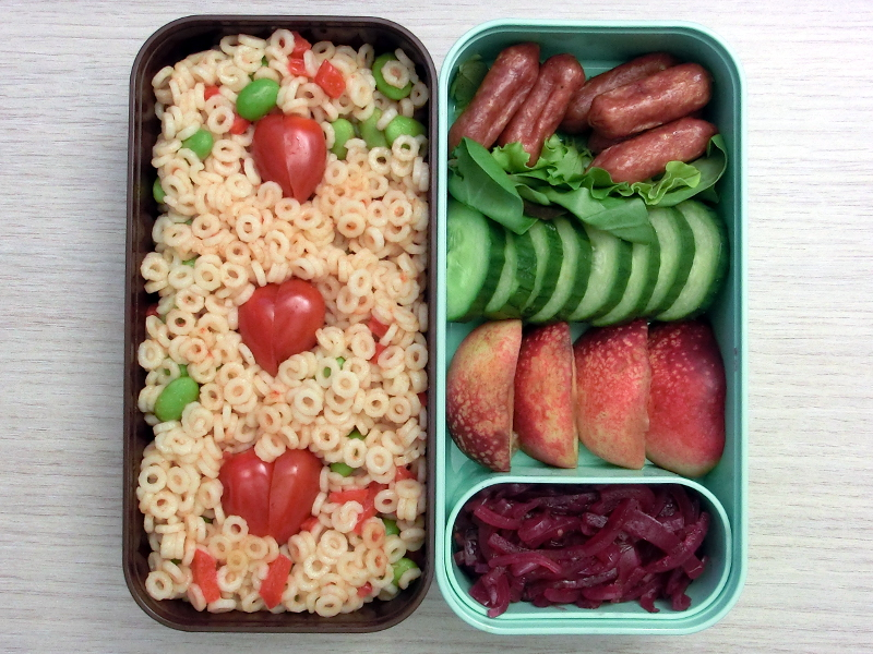 Bento Box gefüllt mit Nudelsalat, Cabanossi, Gurke, Aprikosen, Pickled Onions