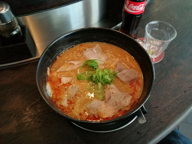 Nudelsuppe aus Sojabohnepaste mit gebratenem Schweinehackfleisch und Gemüse