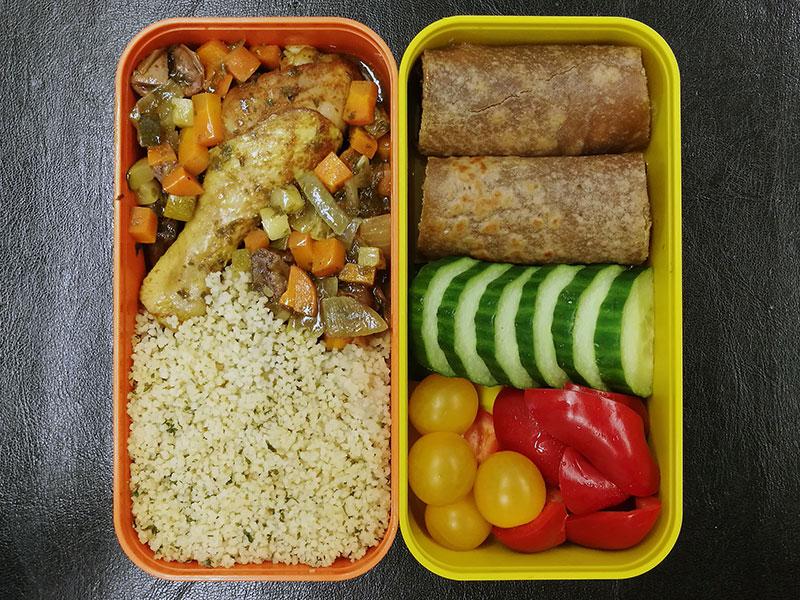 Bento Box gefüllt mit Afrikanisches Dattel-Huhn, Cous cous, Pfannkuchen, Gurke, Paprika, Tomaten