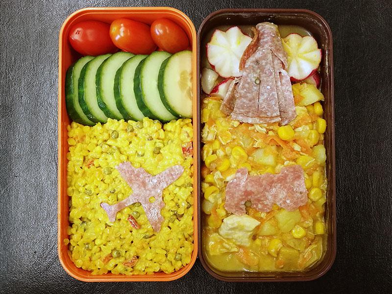 Bento Box gefüllt mit Bulgur, Kartoffelpfanne, Radieschen, Gurke, Tomate