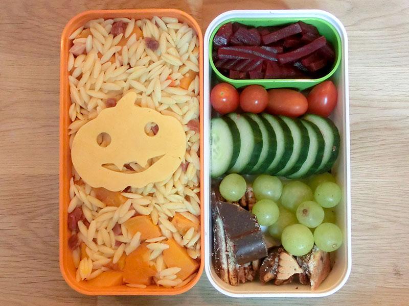 Bento Box gefüllt mit Kritharaki mit Süßkartoffeln, Rote Beete, Tomaten, Gurke, Weintrauben, Kalte Schnauze