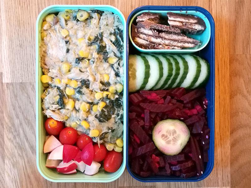 Bento Box gefüllt mit Geflügelpfanne, Tomaten, Radieschen, Kalte Schnauze, Gurke, Rote Beete